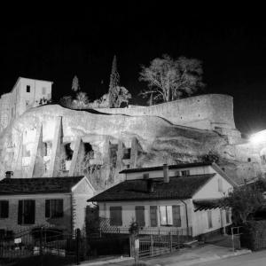 Castello di Cusercoli - Panorama Castello Bianco e nero foto di: |Sconosciuto| - Comune di Civitella di Romagna