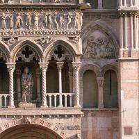 Cattedrale. Scorcio del protiro foto di samaritani