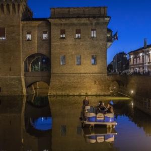 Castello Estense - Giro in barca di sera foto di: |Le immagini| - Archivio privato
