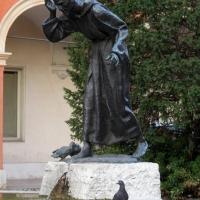 Fontana di San Francesco a Modena con piccione