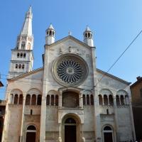 La facciata del Duomo con il caratteristico rosone gotico foto di Valeriamaramotti