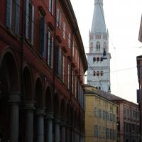 Cittadini in movimento sotto alla Torre Ghirlandina di Modena