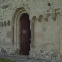 Facciata romanica con ingresso