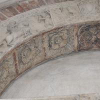 Duomo modena estero particolare porta posteriore con figura Artu by Manesti