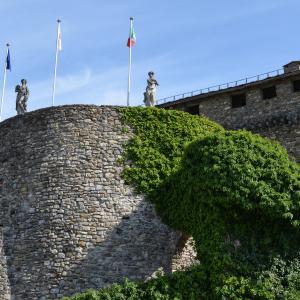 Castello di Compiano - Rivellino di fronte all'Entrata del Castello foto di: |Mariella Delnevo| - Autore Mariella Delnevo