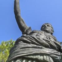 Statua dell'Imperatore Augusto - esterno della Basilica di Sant'Apollinare in Classe foto di Oliver77duff