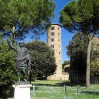 Campanile di Sant'Apollinare in Classe e monumento a Giulio Cesare foto di Clawsb