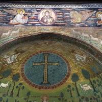 Sant'apollinare in classe, mosaici dell'arcone, cristo benedicente tra i simboli degli evangelisti (IX sec.) e 12 agnelli che escono da gerusalemme e betlemme (VII sec.) 01 photos de Sailko