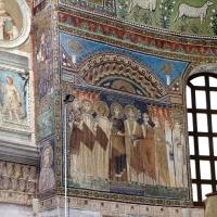 Sant'apollinare in classe, mosaici del catino, costantino IV e i fratelli consegnano a eraclio I privilegi per ravenna, 650-700 ca. (molto restaurato) 01 foto di Sailko