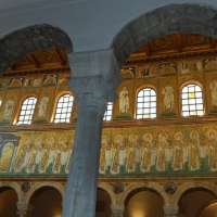 I mosaici dorati tra grigie colonne by Sofia Pan