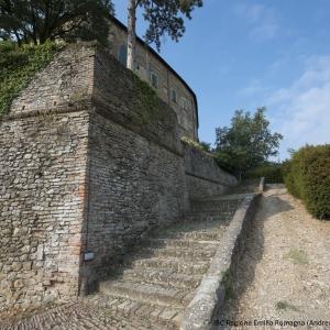 Castello di Bianello - Scalinata esterna foto di: |IBC Regione Emilia Romagna Andrea Scardova| - IBC