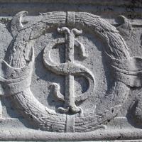 Tempio malatestiano, esterno, zoccolo, stemma sigismondo 02 foto di Sailko