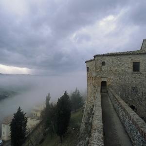 Castello di Montebello - Rocca dei Guidi nella nebbia foto di: |Autore sconosciuto| - Archivio Provincia di Rimini